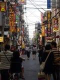 Tienda no identificada de la gente en la arcada de las compras de Shinsaibashi Imagenes de archivo