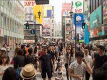 Tienda no identificada de la gente en la arcada de las compras de Shinsaibashi Foto de archivo