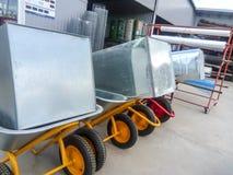 Tienda para la venta del equipo de jardín Venta de las carretillas y de los camiones del edificio Imagen de archivo