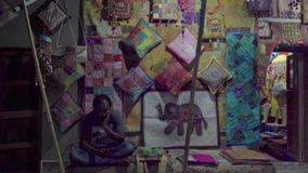 Tienda por la tarde en un pequeño pueblo indio almacen de video