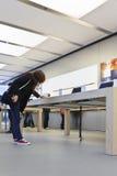 Tienda principal interior de Apple, Pekín, China Imágenes de archivo libres de regalías