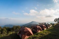 Tienda que acampa en un camping en el parque nacional de Tailandia imagen de archivo
