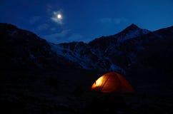 Tienda que brilla en la noche en las montañas Imagen de archivo libre de regalías