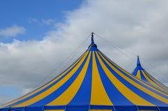 Tienda rayada azul y amarilla del top grande del circo Imagenes de archivo