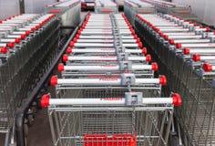 Tienda roja vacía grande de Auchan del carro de la compra Imágenes de archivo libres de regalías