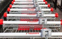 Tienda roja vacía grande de Auchan del carro de la compra Foto de archivo libre de regalías