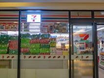Tienda siete once en grandes almacenes en la ciudad Tailandia de Bangkok foto de archivo libre de regalías