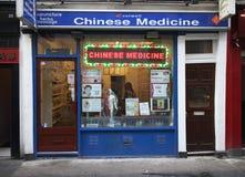 Tienda tradicional de la medicina china imagen de archivo libre de regalías
