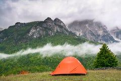 Tienda turística en un fondo de altas montañas fotografía de archivo libre de regalías