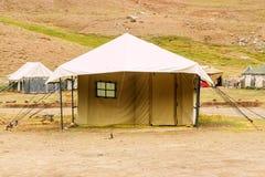 Tienda turística para dos personas en acampar del senderismo foto de archivo