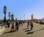 Tienda un puente sobre Alejandro III y el río el Sena, París fotos de archivo libres de regalías