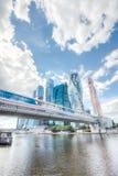 Tienda un puente sobre Bagration en el fondo de la ciudad de Moscú imagen de archivo
