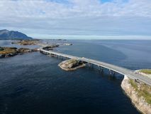 Tienda un puente sobre cerca del camino atlántico en Noruega, visión aérea Foto de archivo