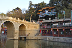 Tienda un puente sobre cerca del palacio de verano, Pekín, China Foto de archivo
