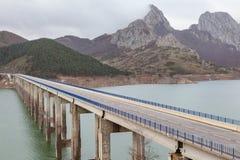 Tienda un puente sobre cruzar un lago artificial en las montañas españolas de P Fotografía de archivo libre de regalías