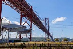 Tienda un puente sobre el 25 de abril en el río Tejo Fotografía de archivo