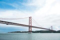 Tienda un puente sobre el 25 de abril llamado en Lisboa en Portugal contra el cielo Imágenes de archivo libres de regalías