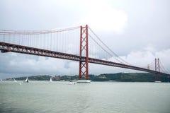 Tienda un puente sobre el 25 de abril llamado en Lisboa en Portugal contra el cielo Fotos de archivo
