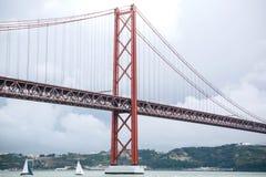 Tienda un puente sobre el 25 de abril llamado en Lisboa en Portugal contra el cielo Fotografía de archivo