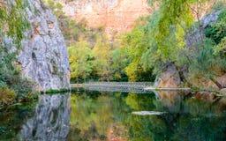 Tienda un puente sobre sobre el lago de los reflejos Fotos de archivo libres de regalías