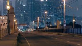 Tienda un puente sobre el paso superior que mira en Los Ángeles céntrico almacen de metraje de vídeo