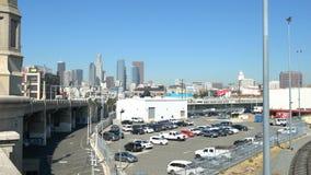 Tienda un puente sobre el tráfico y el estacionamiento del coche en Los Ángeles céntrico almacen de video
