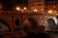 Tienda un puente sobre Elio y el castillo Sant Ángel, Roma Italia Imagen de archivo libre de regalías