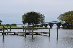 Tienda un puente sobre en la entrada de los bancos de la salida Foto de archivo libre de regalías