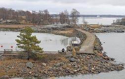 Tienda un puente sobre entre las islas Liuskasaari y Uunisaari en Helsinki Fotografía de archivo libre de regalías