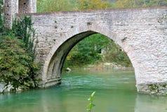 Tienda un puente sobre la abadía de San Vittore, Marche, Genga, Italia Imagen de archivo