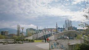 : Tienda un puente sobre la división de las dos partes del ciudad-servio y del albanés kosovar almacen de metraje de vídeo