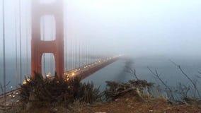 Tienda un puente sobre la puerta de oro por la tarde almacen de metraje de vídeo
