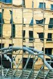 Tienda un puente sobre la reflexión en un frente constructivo del negocio de cristal Foto de archivo libre de regalías