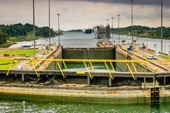 Tienda un puente sobre la vista de una cerradura en el Canal de Panamá Fotos de archivo