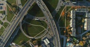 Tienda un puente sobre los coches rápidos del tiempo del abejón de la máquina del tráfico por carretera del viaducto en el movimi almacen de video
