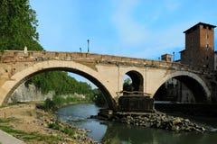 Tienda un puente sobre a Pons Fabricius (dei Quattro Capi), la Roma más vieja de Ponte Imagen de archivo
