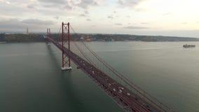 Tienda un puente sobre Ponte 25 de Abril sobre el río Tagus en Lisboa, Portugal en la igualación de la visión aérea metrajes