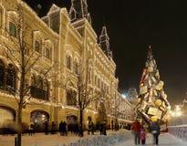 Tienda universal de la tubería de la iluminación de la Navidad (días de fiesta del Año Nuevo) (GOMA), Plaza Roja en Moscú, Rusia Foto de archivo