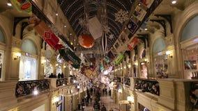 Tienda universal de la tubería interior (GOMA) en los días de fiesta de la Navidad (Año Nuevo), Plaza Roja, Moscú, Rusia almacen de metraje de vídeo