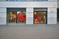 Tienda urbana de los vendedores de ropa confeccionada para caballero imágenes de archivo libres de regalías