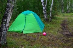 Tienda verde en el bosque Foto de archivo libre de regalías
