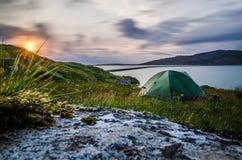 Tienda verde en la puesta del sol Lugar romántico, Escocia Imágenes de archivo libres de regalías
