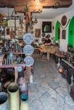 Tienda y artesano de arte de cobre del arte que se ocupan vanamente un plato de cobre foto de archivo libre de regalías