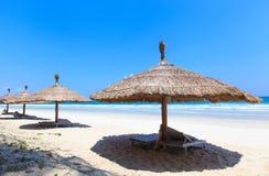 Tienda y gandulee en la playa blanca tropical de la arena Imágenes de archivo libres de regalías