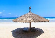Tienda y gandulee en la playa blanca tropical de la arena Foto de archivo libre de regalías