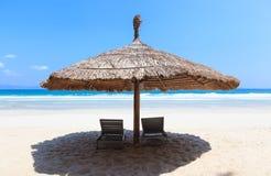Tienda y gandulee en la playa blanca tropical de la arena Fotos de archivo