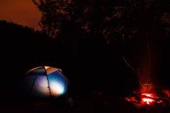 Tienda y hoguera en la noche Fotografía de archivo libre de regalías