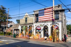 Tiendas adornadas para Halloween en Sunny Autumn Day Imagen de archivo