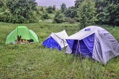 Tiendas bajo la lluvia en las montañas foto de archivo