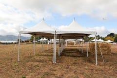 Tiendas blancas en un campo seco al aire libre Imagenes de archivo